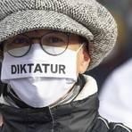 """Eine Teilnehmerin an der """"Querdenken""""-Demonstration in der Frankfurter Innenstadt am vergangenen Samstag. Nachdem bei dieser Demo Auflagen nicht eingehalten worden waren, hatte die Stadt die für Donnerstagabend geplante Demo verboten. Archivfoto: dpa"""