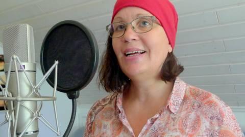 """""""Drum hodd die Modder zum Mädsche gesoad: Do is e Flasch..."""": Karin Krämer aus Niedernhausen hat im Tonstudio von Fritz Ehmke das Märchen Rotkäppchen nachgesprochen. Nicht auf hochdeutsch, sondern auf südhessisch. Foto: Fritz Ehmke"""