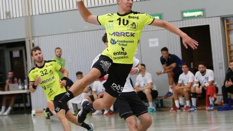 Handball-Drittligist HSG Bieberau/Modau (am Ball Moritz Klenk) muss weiter pausieren, hofft aber, den Fans nach Ostern noch Handballspiele präsentieren zu können. Archivfoto: Jürgen Pfliegensdörfer