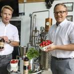 """Zum unverkennbaren Geschmack des """"Unique Gin"""", den Christoph Edel (links) und Andre Burkhard in Pfungstadt herstellen, gehören Erdbeeren und eine Gewürzmischung. Foto: Torsten Boor"""
