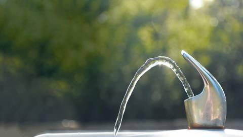 Sprudelt bald an sämtlichen Bahnhaltepunkten im Landkreis Bad Kreuznach kostenlos das Wasser aus den Brunnen? Ja, wenn es nach den Grünen geht. Foto: annarepp – stock.adobe