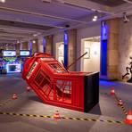 Tatort Telefonzelle: Oftmals hat man bei der Banksy-Ausstellung das Gefühl, dem geheimnisvollen Künstler ganz nah zu sein. Foto: Dominik Gruss