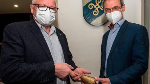 Der neue Parlamentschef Peter Künkel (rechts) nimmt symbolisch die Glocke des Sitzungsleiters von seinem Vorgänger Martin Beckmann entgegen.  Foto: Mark Adel