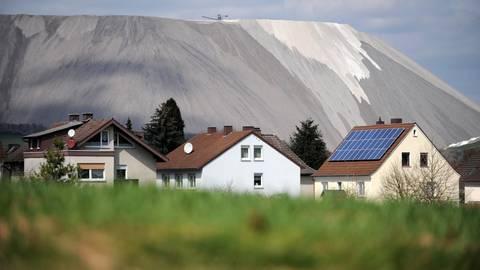 """Der """"Monte Kali"""" im nordosthessischen Heringen besteht aus Abraum der dortigen Kaligrube. Durch Regenwasser wird Salz ausgewaschen, das ins Grundwasser gerät.  Das – genehmigte – Versenken von Salzlauge belastet das Wasser zusätzlich. Archivfoto: dpa"""
