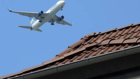 Nach Ansicht der BI gegen Fluglärm kommen sich Flugzeuge immer häufiger gefährlich nah. Archivfoto: dpa