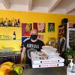 Gut verpackt geht das Essen auf  die Reise – auf Wunsch füllt Mimmo Mucci auch mitgebrachte Gefäße. Foto: Dirk Zengel