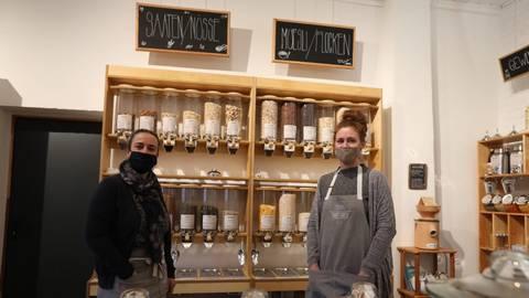 """Julia Wardin (links) und Christiane Dittel betreiben seit knapp drei Monaten den Unverpackt-Laden """"Emmas Erben"""" in Habitzheim. Foto: Melanie Schweinfurth"""