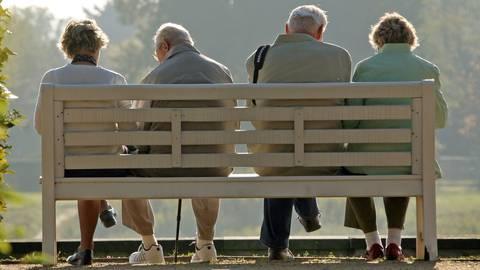 Neben Personen mit Vorerkrankungen und Menschen mit einem unterdrücktem Immunsystem gelten ältere Menschen als Risikogruppe. Foto: dpa