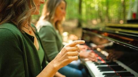Auf diesem Foto ist Piano-Philosophin und -Coach Felicitas Goerke (vorne) gemeinsam mit einer Teilnehmerin in ihrer Klangwelt. Foto: Filicitas Goerke