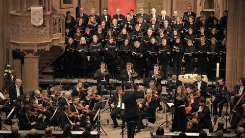 """Mozarts Sinfonie und """"Requiem"""" führen Musiker der Virtuosi Brunenses unter der Leitung von Ralf Bibiella gemeinsam mit Solisten und dem Kirchenchor St. Katharinen auf. Foto: hbz/Michael Bahr"""