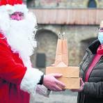 Am Nikolaustag serviert Peter Kolb (auf dem Foto mit Gabi Gocht) seine Frühstücksbox auch im Kostüm. Fotos: Vollformat/  Samantha Pflug,  Michaela Kriewitz