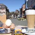 Milchkaffee und Eis auf dem Marktplatz in Kirn. Foto: Heidrun Braun