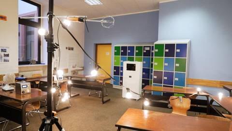 Um die Raumluftreiniger unter möglichst realen Einsatzbedingungen zu testen, wurden Glühbirnen aufgestellt. Diese simulieren die Körperwärme der Schüler. Foto: Jan Nowicki/dema-airtech