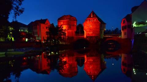 Die angestrahlten Brückenhäuser in Bad Kreuznach.  Foto: Heidi Sturm