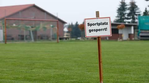 Wegen der Corona-Pandemie blieben viele Sportplätze mehrere Monate lang gesperrt.  Foto: imago