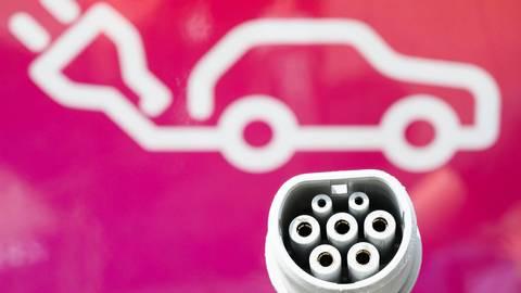 Neue Zapfstellen braucht das Land: Denn für Fahrer von E-Autos ist das ganz entscheidend. Foto: dpa