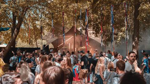 """Bunte Girlanden in der Luft und schnelle Beats beim """"James Wood""""-Festival. In diesem Jahr fällt das aus. Foto: Tufan Turan"""