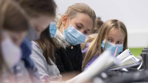 Das Tragen von Masken im Unterricht wird Schüler ab Klasse 5 im Kreis Groß-Gerau auch weiterhin bebleiten. Foto: Boris Roessler/dpa