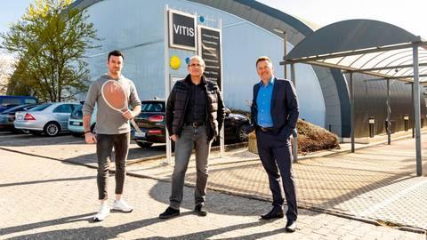 Wachablösung: VITIS-Geschäftsführer Thomas Martin (Mitte) mit Christian Tarau (links) und Pascal Töpfer, den federführenden Akteuren des neuen Eigentümers TNT Sportbase Wiesbaden.  Foto: Jörg Halisch