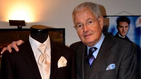 Peter Schirling in seinem Laden - natürlich mit Krawatte und Einstecktuck. Foto: Anja Kossiwakis