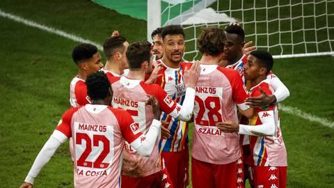Die 05-Profis feiern mit dem Siegtorschützen Moussa Niakhaté (2. von rechts) den 1:0-Erfolg gegen Union Berlin. Foto: Lukas Görlach