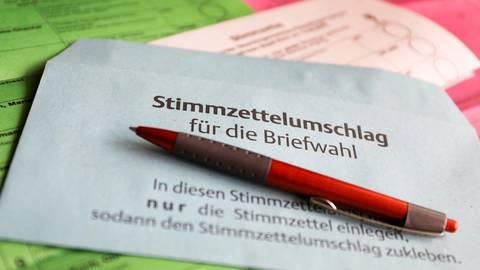 Mehrere, teils umfangreiche Stimmzettel erhalten die hessischen Wähler zur Kommunalwahl. Dabei dürfen sie dieses Mal mehr als ein Kreuz machen. Foto: Oliver Berg/dpa