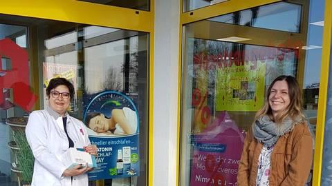 Madlena Stojanow (l.) übergab die Spende an Pamela Stephens vom Ambulanten Kinder- und Jugendhospizdienst Gießen/Marburg. Foto: Stephens
