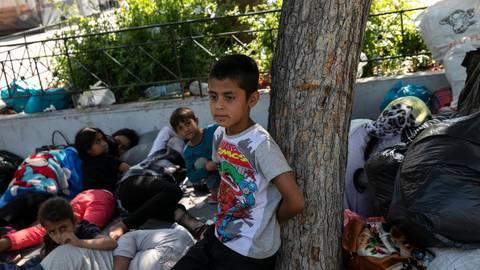 Kein Schutz vorhanden: Afghanische Flüchtlinge liegen mit ihren Familien nach ihrer Ankunft aus dem Lager von Moria auf einem zentralen Platz. Symbolfoto: dpa