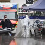 Ein Beamter der Spurensicherung arbetet vor dem abgesperrten Tatort in der Innenstadt, nachdem in der Nacht ein Mann und eine Frau durch Schüsse tödlich verletzt wurden.  Foto: Frank Rumpenhorst/dpa