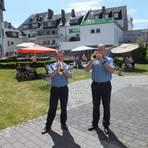 Markus Privat (rechts) und Edi Sagert bei einem ihrer Konzerte in einem rheinland-pfälzischen Seniorenheim. Foto: Privat