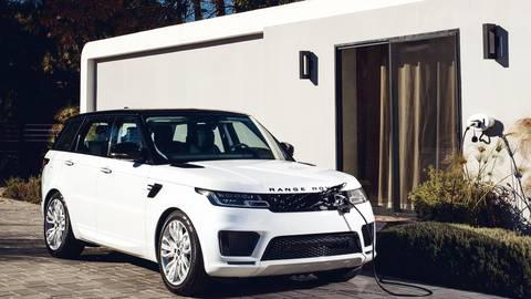 Ein Range Rover an der Steckdose: Die Batterie mit einer Kapazität von 13 KWh sorgt für eine elektrische Reichweite von bis zu 48 Kilometern. Foto: Land Rover
