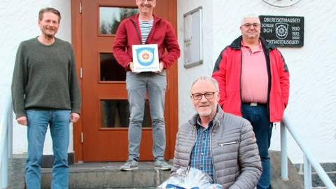 Der neue Ortsbeirat, Frank Michel  (hinten, v.l.), Rolf Meißner und Rudi Schäfer, verabschiedet den langjährigen Ortsvorsteher Thomas Kreuzer. Foto: Sascha Valentin