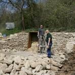 Die Brüder Hartmut (l.) und Michael Runkel bauen an der Trockenmauer oberhalb der Lage Hundertgulden. Foto: Sandra Bachmann