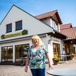 """Die Tische müssen auch bei Ruth Unrath vom Landgasthof """"Schleenhof"""" leer bleiben. Foto: Sascha Lotz"""