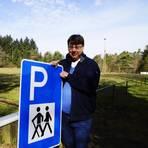Die neuen Schilder sind schon da: Heinz-Martin Schwerbel, Erster Beigeordneter der Verbandsgemeinde Rüdesheim, kündigt an, dass der alte Traisener Sportplatz künftig als Wanderparkplatz zur Verfügung steht. Foto: Wolfgang Bartels