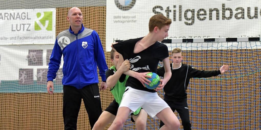 In seiner Arbeit beim SV Erbach wird Carsten Bengs (großes Bild) von Vater Manfred (kleines Bild) unterstützt. Fotos: Dagmar Jährling