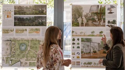 """Unter dem Leitgedanken """"Freiraum Campus"""" sollen ökologische Alternativen zu Bauvorhaben entwickelt werden. Studierende beschäftigen sich mit der Frage, wie Grünflächen und Plätze auf dem Uni-Campus verbessert werden können.   Foto: hbz/Stefan Sämmer"""