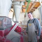 Die Herrnmühle blickt auf über 500 Jahre Geschichte zurück. Der Betrieb geht mit der Zeit und verkauft beispielsweise auch Futter und Düngemittel. Ein Teil der alten Mühlenromantik ist aber bis heute geblieben.Foto: Dirk Zengel