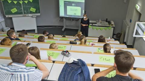 """Gespanntes Zuhören bei der Auftaktveranstaltung zu """"Traumjob Campus"""" in der Limesschule mit Lehrerin Cordelia Becker-Werner. Foto: Mallmann/AMP"""