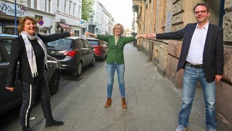 Dorothée Rhiemeier (Mitte) mit ihren Stellvertretern Ellen Wilkens (SPD) und Carsten Schmelz (CDU) stehen in der neuen Legislaturperiode dem Ortsbeirat des Stadtbezirks Rheingauviertel/Hollerborn vor. Foto: Volker Watschounek