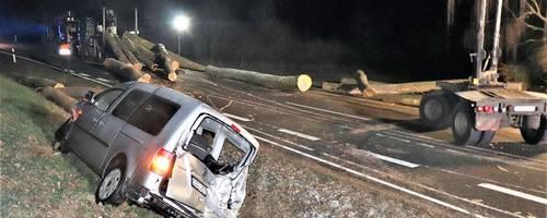 Bei einem Verkehrsunfall auf der Landstraße L 3481 - zwischen Lich und Laubach - wurden vier Personen schwer verletzt. Foto: Schäfer