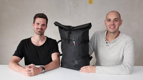 """Der """"Got Bag"""" von Roman Ruster (li.) und Benjamin Mandos ist als weltweit erster Rucksack zu 100 Prozent aus Meeresplastik hergestellt. Foto: hbz/ Judith Wallerius"""